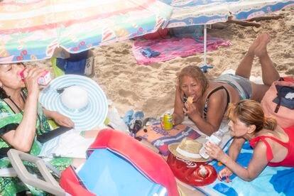 De izqda. a dcha., Teodora Rojas, Ynes Arce y Elizabeth Salazar almuerzan el sábado en la playa de Benidorm.