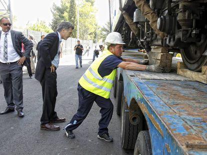 El entonces alcalde de Buenos Aires, Mauricio Macri (en el centro), supervisa el transporte de los trenes de metro a Argentina, en septiembre de 2011.