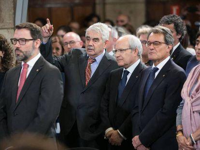 En el centro, de izquierda a derecha, los expresidentes de la Generalitat Pasaqual Maragall, José Montilla y Artur Mas. En vídeo, la portavoz del Govern, Elsa Artadi, explica el motivo de la ampliación de prerrogativas a los expresidentes de la Generalitat.