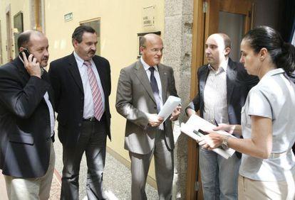 Lage Tuñas junto a Baltar y la presidenta del Parlamento