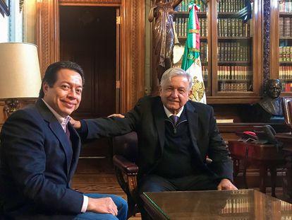 El presidente de México, Andrés Manuel López Obrador, junto al líder de Morena, Mario Delgado, en una imagen de archivo.