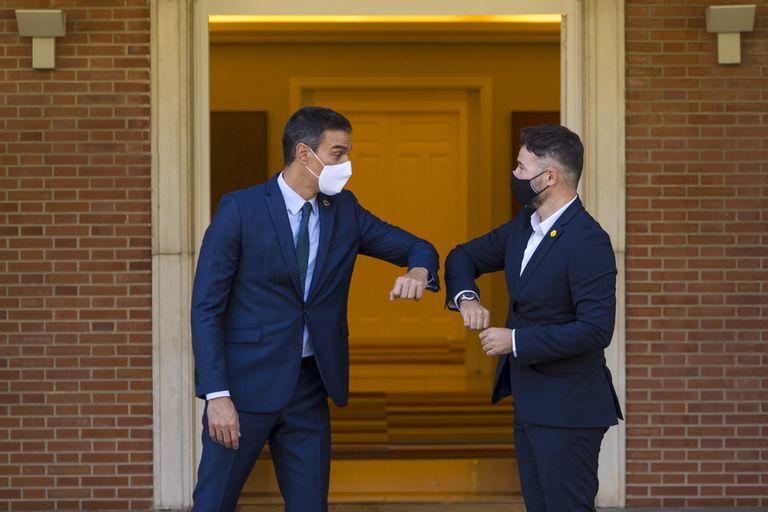 El presidente del Gobierno, Pedro Sánchez y el el portavoz de ERC en el Congreso, Gabriel Rufián, se saludan con el codo en el Palacio de la Moncloa.