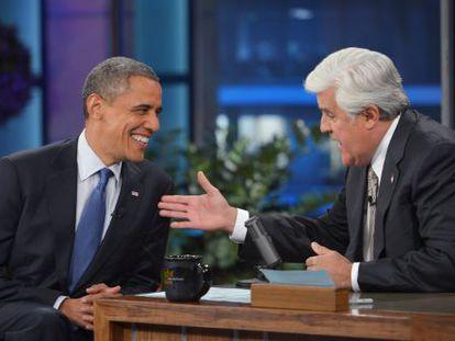 Barack Obama charla con Jay Leno en su programa.