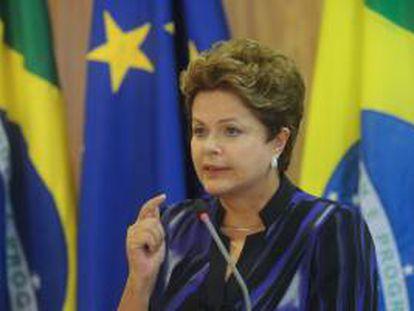 La presidenta de Brasil Dilma Rousseff (c), ofrece declaraciones a la prensa junto a los presidentes de la Comisión Europea, José Manuel Durao Barroso, y del Consejo Europeo, Herman Van Rompuy, en el Palacio de Planalto en Brasilia, durante la Sexta Cumbre Unión Europea-Brasil. Brasil y la UE.