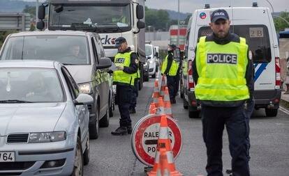 Agentes de la policía francesa, este viernes, realizan un control en el paso fronterizo entre Irún y Hendaya.