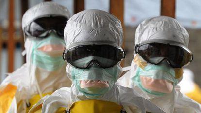Trabajadores de Médicos sin Fronteras, en agosto en Monrovia.