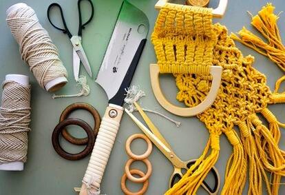 Herramientas y materiales de Ikram Maymouni, de Abha Macramé, que diseña y fabrica maceteros y elementos decorativos con cuerdas de yute y algodón.