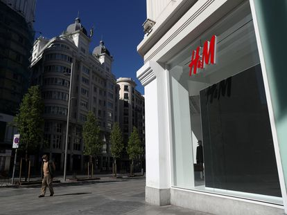 Una tienda de H&M en Madrid, cerrada durante el primer estado de alarma, en una imagen de abril de 2020.
