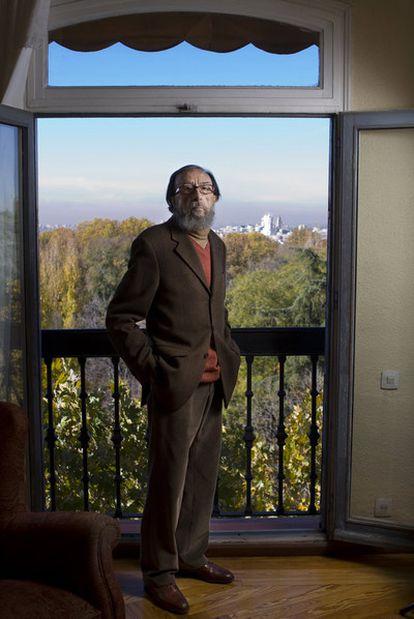 """El escritor Juan Eduardo Zúñiga, en su casa de Madrid. """"Lo importante, también, es que un texto tenga belleza y claridad"""", afirma."""