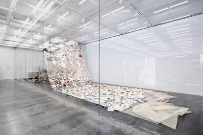 '[Swi:t] Home: A CHANT', instalación compuesta por más de 3.000 hojas de papel recolectadas del estudio de Rivero en aquellos días frenéticos y extraños, y cosidas, entre ella misma y una ayudante, sobre una gran pieza textil de tarlatana.