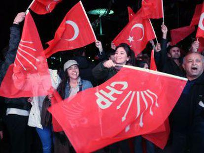 Toque de atención de los electores de Turquía al partido de Erdogan, que cae derrotado en 8 capitales provinciales y podría perder Estambul, donde dos candidatos se han proclamado vencedores.