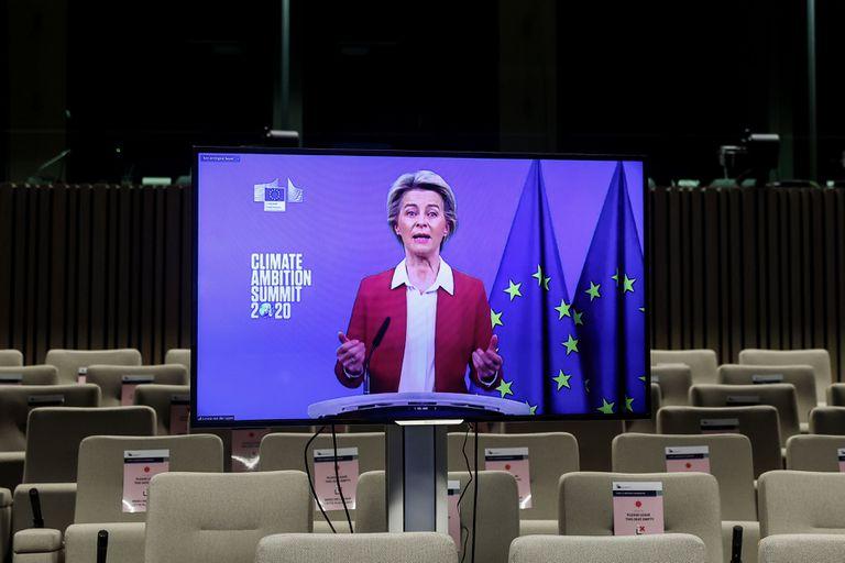 La presidenta de la Comisión Europea, Ursula von der Leyen, durante su intervención desde Bruselas en la cumbre de este sábado.