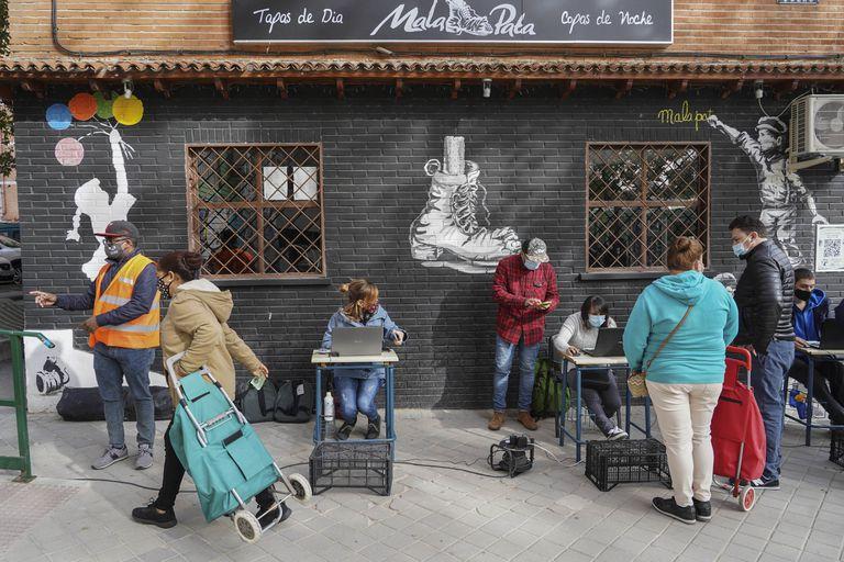 Oficina improvisada en la calle para el reparto de comida de la Asociación de Vecinos de Aluche (AVA) el pasado 17 de octubre.