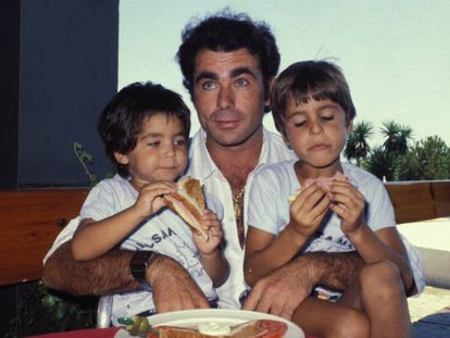 El torero Francisco Rivera 'Paquirri', con sus hijos Francisco y Cayetano en 1980.