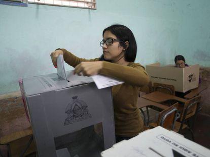 Una mujer vota en Honduras este domingo