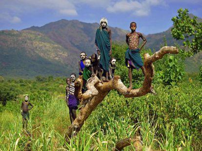 Niños de la tribu Suri posan en el valle de Omo (Etiopía).