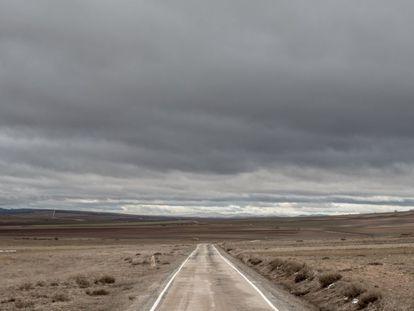 Una carretera de la comarca de Molina de Aragón (Guadalajara), muy cerca de la provincia de Teruel, una de las zonas con menos población de la Península.