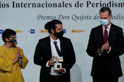Jaime Flórez, tras recoger de manos del rey Felipe, en nombre del equipo de investigación de 'Semana', el Premio Iberoamericano de Periodismo Rey de España.