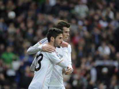 Bale e Isco celebran un gol del Real Madrid ante el Elche.
