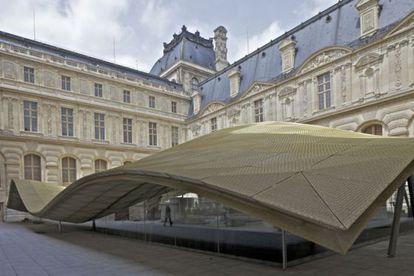 La vidriera de cristal en la plaza Visconti, que alberga el departamento de artes islámicas.
