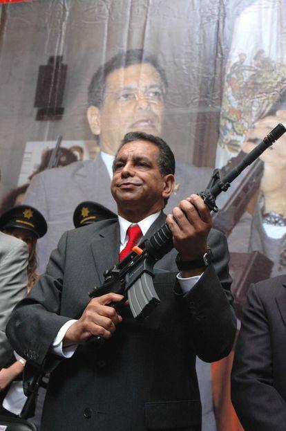 Fidel Herrera con armamento entregado a cuerpos de seguridad pública de Veracruz.