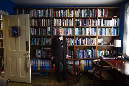 Armstrong, ante una de las muchas bibliotecas que alberga su casa.