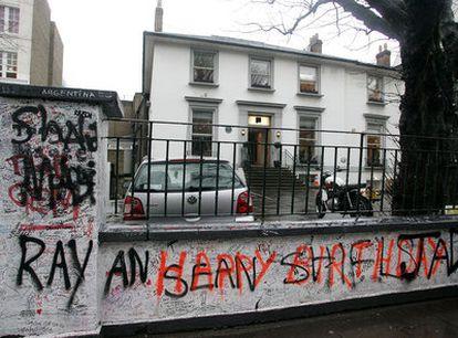 <i>Graffiti </i>en la verja de los estudios Abbey Road, en Londres.