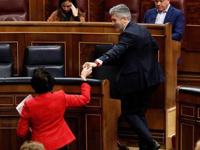 La ministra Isabel Celaá saluda a Fernando Grande-Marlaska, este jueves en el Congreso.