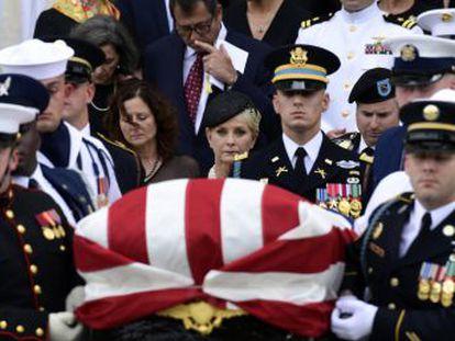 Los expresidentes Barack Obama y George Bush elogian la figura del senador y héroe de guerra