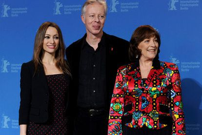 La comedia francesa <i>Les femmes du 6e etage</i>, interpretada por las españolas Carmen Maura y Natalia Verbeke, se ha presentado en el ecuador la Berlinale. Las dos actrices posan con el director del filme, Philippe Le Guay.