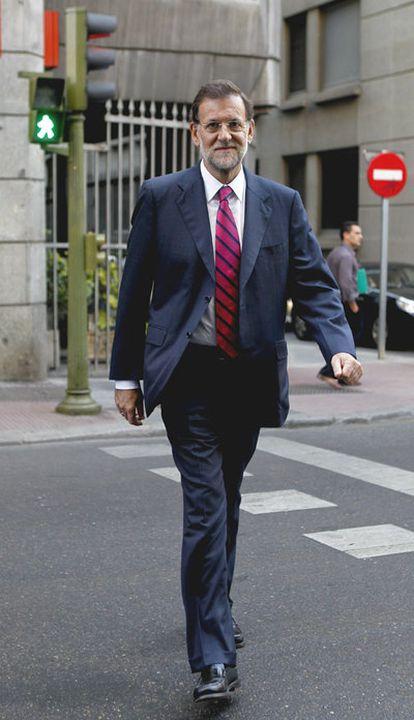 El líder del PP cruza la calle, a la salida del Congreso de los Diputados.