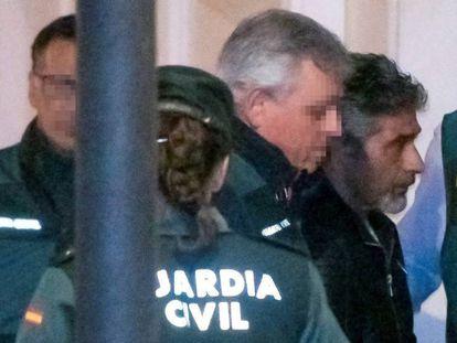 El asesino confeso de la joven zamorana Laura Luelmo, Bernardo Montoya (centro) a su llegada a los juzgados de Valverde del Camino (Huelva). En vídeo, Montoya pide perdón a la familia.