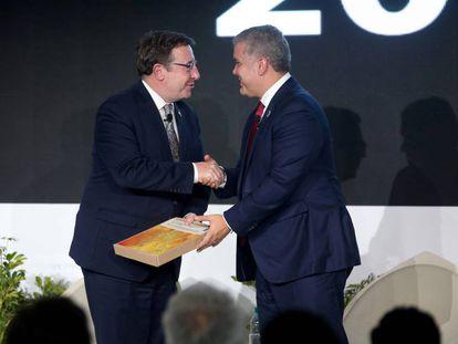 El administrador del Programa de Desarrollo de las Naciones Unidas, Achim Steiner, entrega el informe de Desarrollo Humano al presidente de Colombia, Iván Duque.