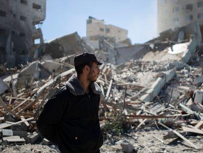 Un hombre mira los escombros de un edificio destruido por los bombardeos en Gaza.