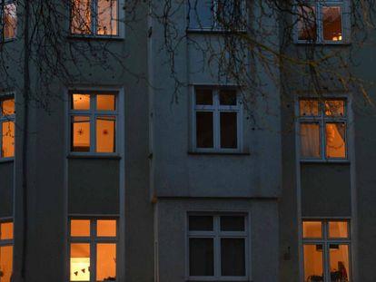 Una foto tomada el 22 de marzo de 2020 muestra la fachada de un edificio con pisos iluminados en Dortmund, Alemania.