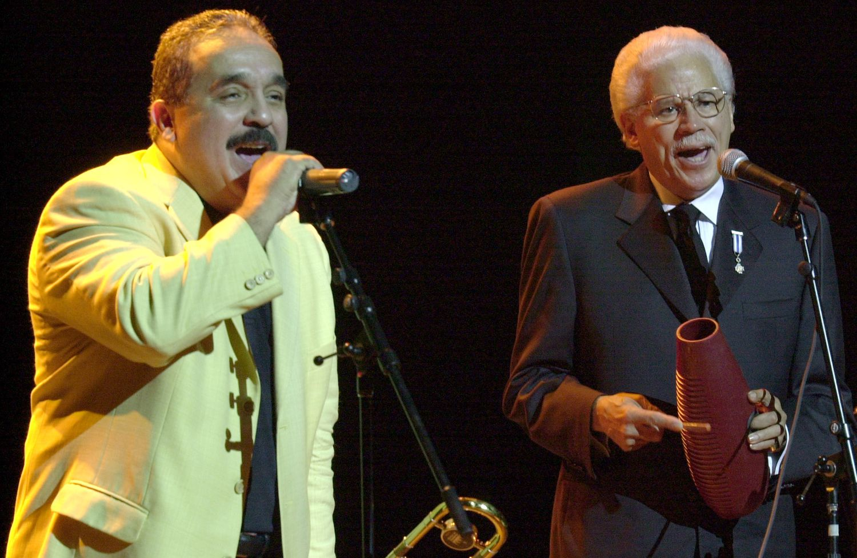 Willie Colón (izquierda) y Johnny Pacheco, en el Teatro Nacional de Santo Domingo en 2002.