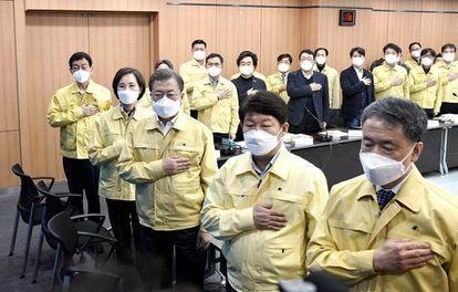 El presidente de Corea del sur, el tercero por la izquierda, el pasado 25 de febrero en el Ayuntamiento de Daegu.