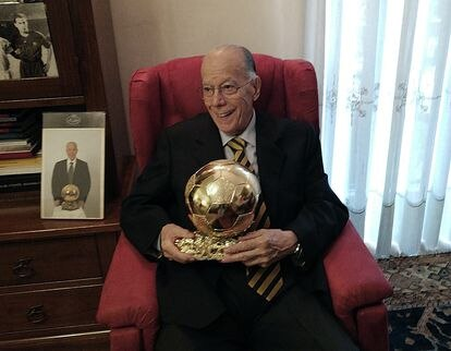 Luis Suárez, en su casa de Milán con el Balón de Oro el pasado octubre.