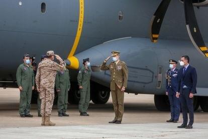 Felipe VI saluda a su llegada al acto de reconocimiento al personal participante en misiones en Afganistán, en la Base Aérea de Torrejón de Ardoz el pasado 13 de mayo.