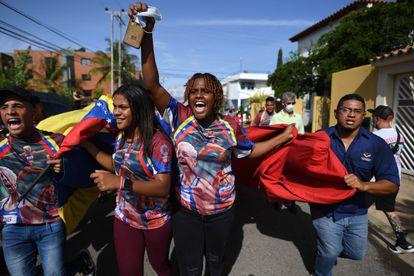 La madre de Yulimar Rojas, Yulecsi Rodriguez celebra la victoria de su hija en Barcelona, Anzoátegui, este domingo.