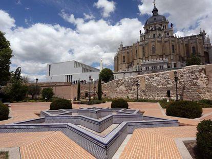 El parque del emir Mohamed I, situado en la cuesta de la Vega, que mantiene al fondo un lienzo de la muralla árabe de 120 metros de longitud.