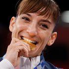 -FOTODELDÍA- TOKIO (JAPÓN), 05/08/2021.- La española Sandra Sánchez celebra en el podio tras ganar la medalla de oro en Kata femenino de karate durante los Juegos Olímpicos de Tokio 2020, en el estadio Nippon Budokan en Tokio (Japón). EFE/ Lavandeira Jr