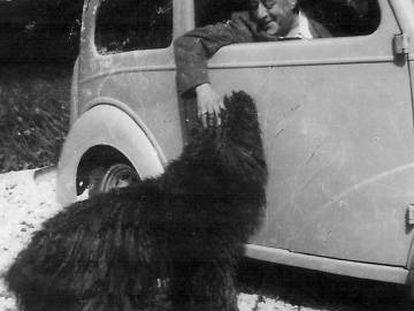 El escritor Arturo Barea junto a su perro 'Mickey' en su casa de Inglatera.