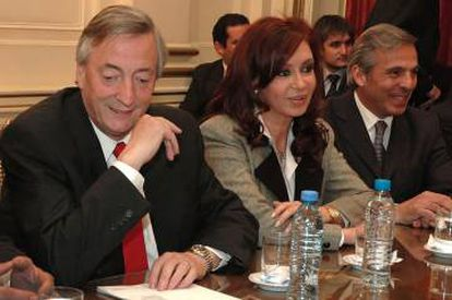 De izquierda a derecha: los expresidentes de Argentina Néstor y Cristina Fernández Kirchner y el exgobernador de Neuquén Jorge Sapag, en 2007.