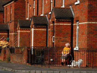 Una mujer disfruta del sol en su confinamiento en Belfast, Irlanda del norte.
