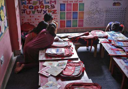 Niños rtabajadores estudian en un centro gestionado por Save The Children en un slum de Nueva Delhi.