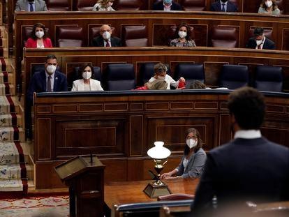 El líder del PP, Pablo Casado, se dirige al presidente del Gobierno, Pedro Sánchez, durante una sesión de control en el Congreso.