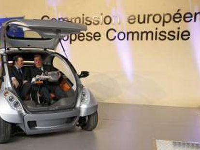 Jose Manuel Durão Barroso (izquierda) y el empresario Jesús Echave, en la presentación del coche eléctrico vasco en Bruselas en 2012.
