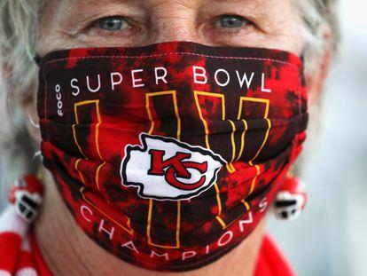 Una seguidora de los Chiefs, con una mascarilla conmemorativa de la Super Bowl.
