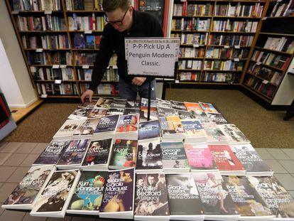 Un empleado coloca libros publicados por Penguin en una librería de Londres.